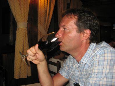 uomo-che-beve-bicchiere