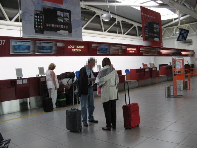 Aeroporto con viaggiatori