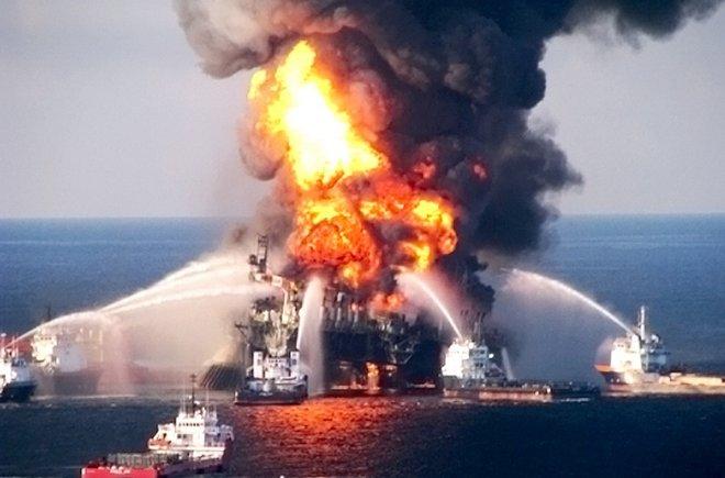piattaforma petrolifera in fiamme