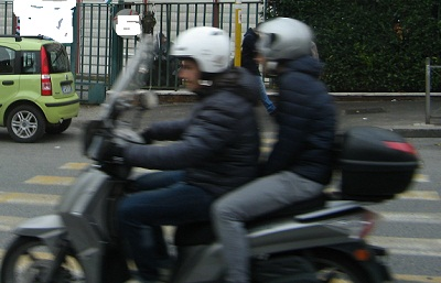 giovane-coppia-in-moto