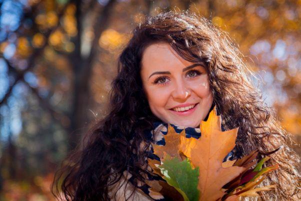 ragazza-sorride-parco-autunno