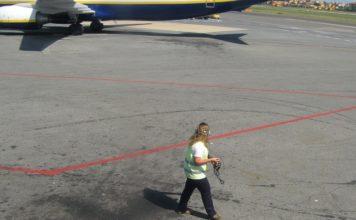 foto-donna aeroporto pista aerei