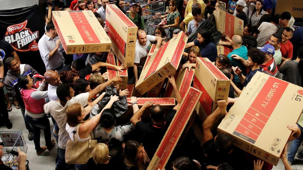 Consumatori si accapparano beni al Black Friday