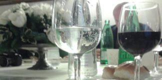 Bicchiere acqua minerale e bottiglie