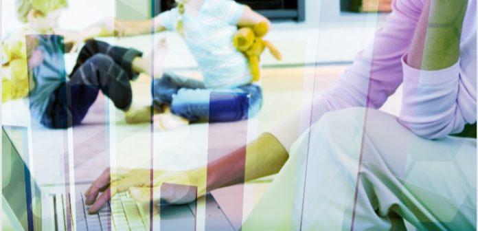 donna al lavoro mentre figli giocano